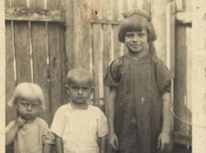 Od lewej: Kropka, Jaś i Terenia. Zdjęcie zrobione około rok przed pacyfikacją Soch (fot. archiwum autorki, materiały prasowe)